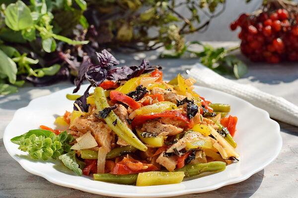 Салат зі спаржею та куркою