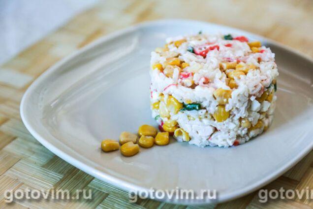 Салат із рисом і крабовими паличками