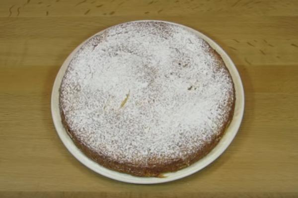 Заливной пирог с яблоками и сметаной