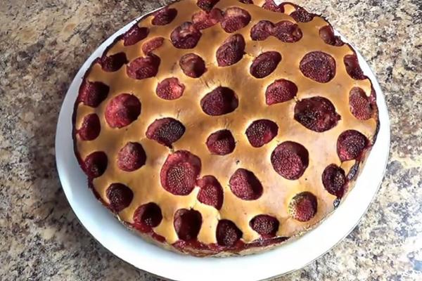 Заливной пирог с клубникой на кефире