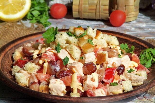 Салат із квасолею та сухариками