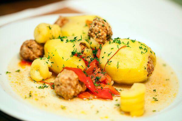 Картопля, фарширована фаршем на плиті