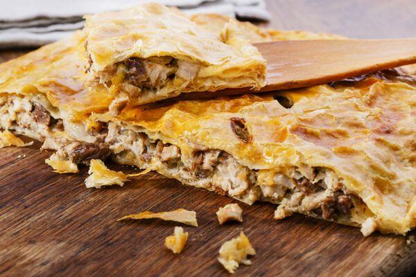 Пиріг із куркою та грибами з листкового тіста