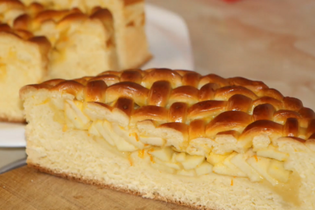 Дріжджовий пиріг з яблуками