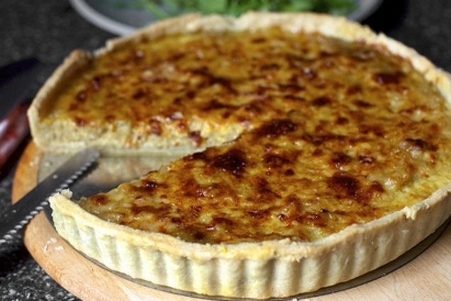 Цибулевий пиріг з плавленими сирками