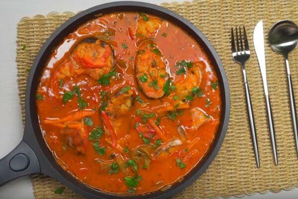 Риба з овочами в томаті