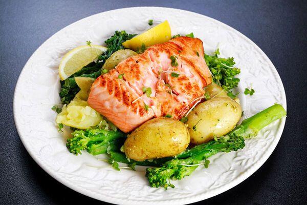 Червона риба в духовці з картоплею