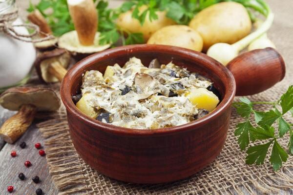 Риба в горщечках із картоплею, грибами і сметаною