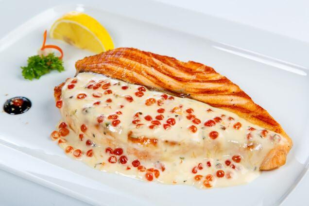 Червона риба у вершковому соусі