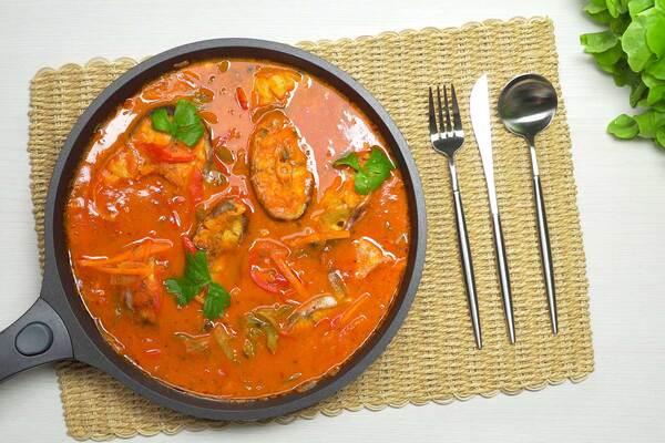 Риба в томатному соусі
