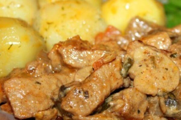 Тушковане м'ясо з цибулею