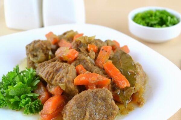 Дієтична тушкована яловичина з овочами
