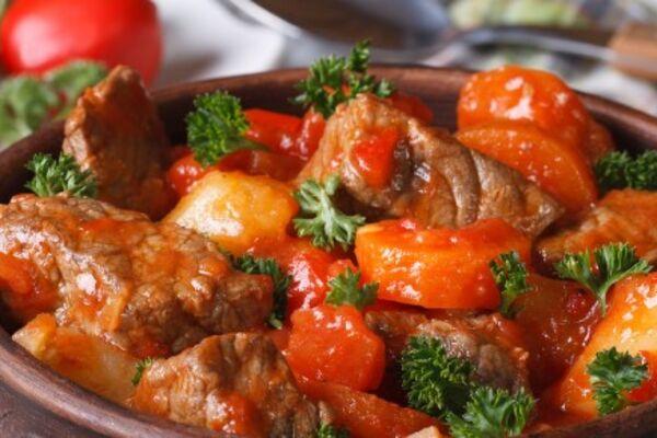 Тушеная телятина с овощами на сковороде