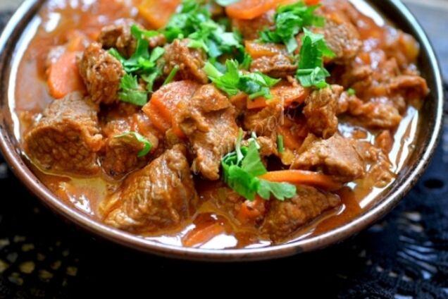 Жареная говядина с овощами на сковороде