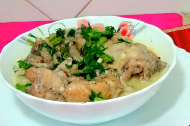 Тушеная курица в сметанном соусе