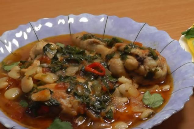 Тушеная курица с фасолью и луком