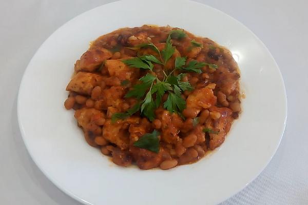 Тушеная курица с фасолью в томатном соусе