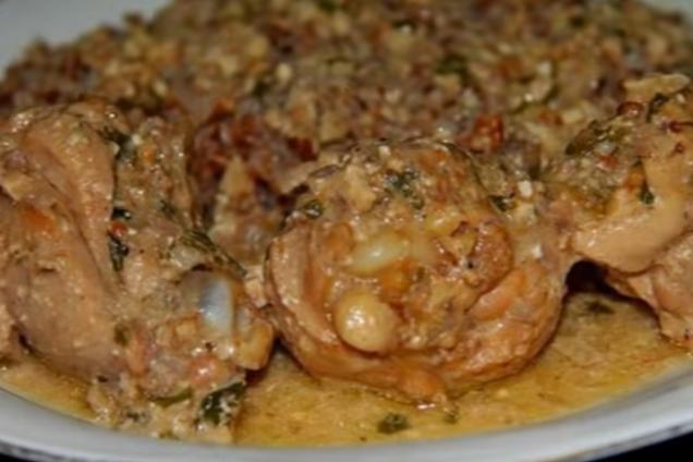 Тушкована курка з горіхами по-сочинськи