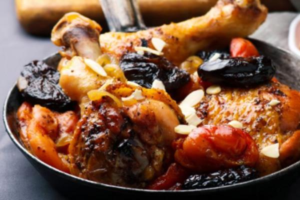 Тушеная курица с сухофруктами и вином