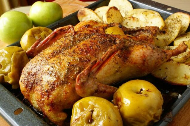 Гуска в рукаві з картоплею і яблуками
