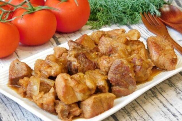 Смажена свинина з цибулею на сковороді