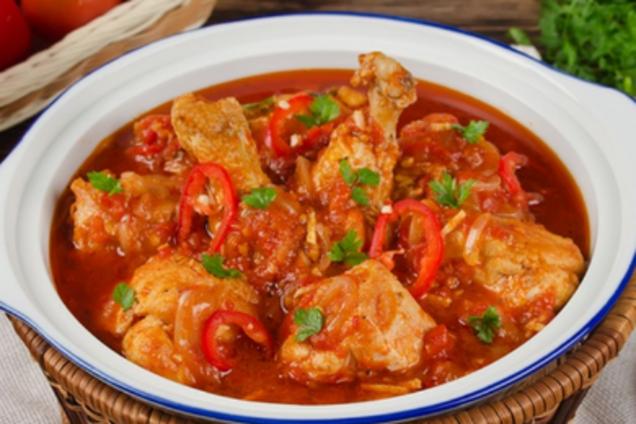 Курица, тушеная в томатном соусе с помидорами