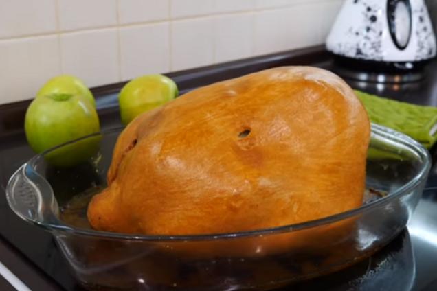 Курица в тесте с яблоками
