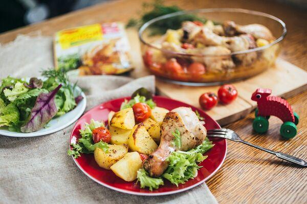Курка в банці з помідорами і картоплею