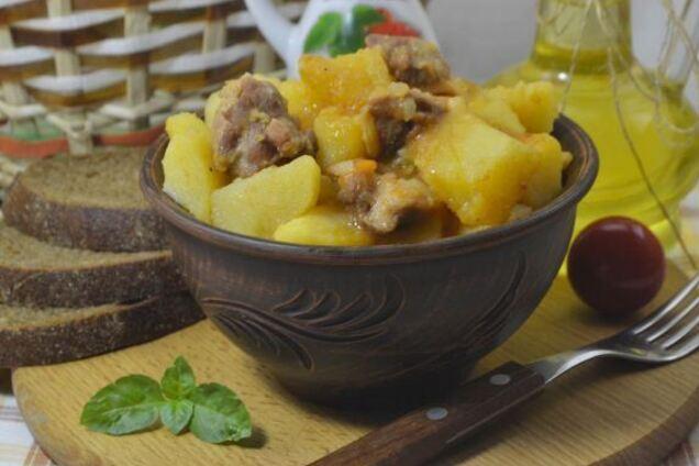 Курка в банці з картоплею у власному соку