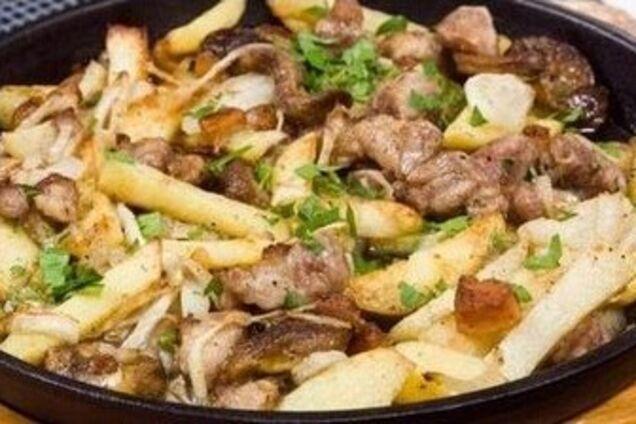 Жареная говядина с картошкой на сковороде