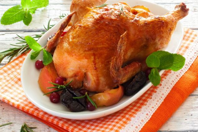 Курица, фаршированная черносливом и яблоками