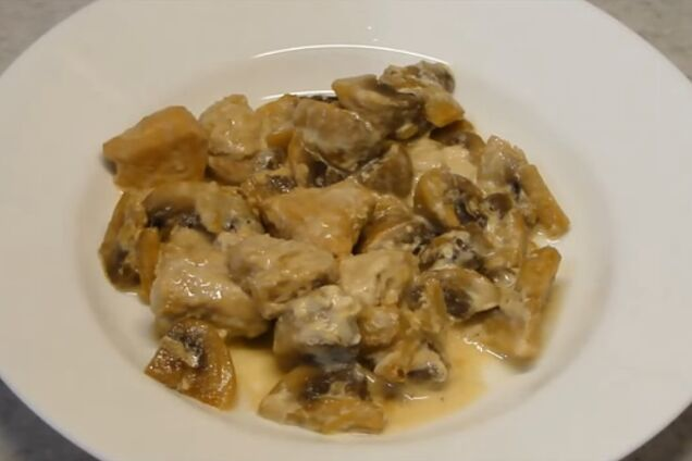 Тушкована курка з грибами