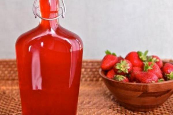 Настоянка на запеченій полуниці
