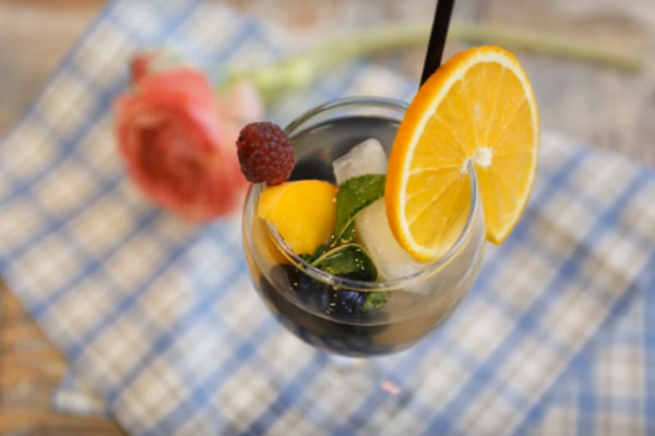 Персиковый крюшон с шампанским