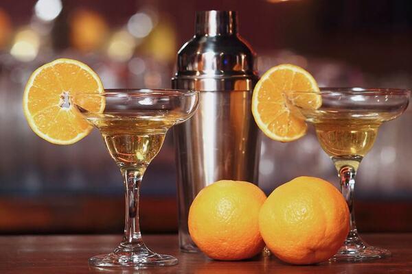 Коктейль із білим вином й апельсином