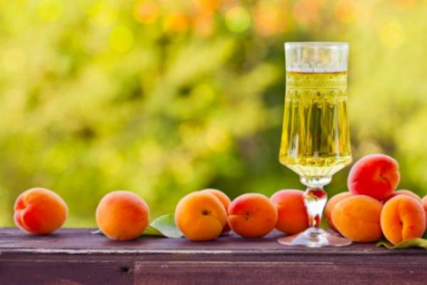 Наливка з абрикосів на спирту