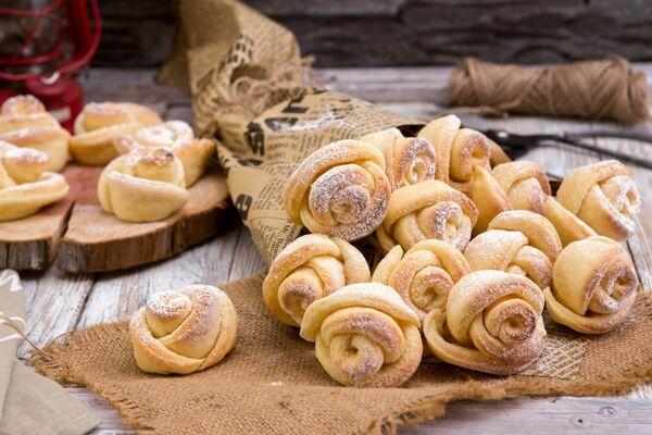 Сирні троянди на жовтках