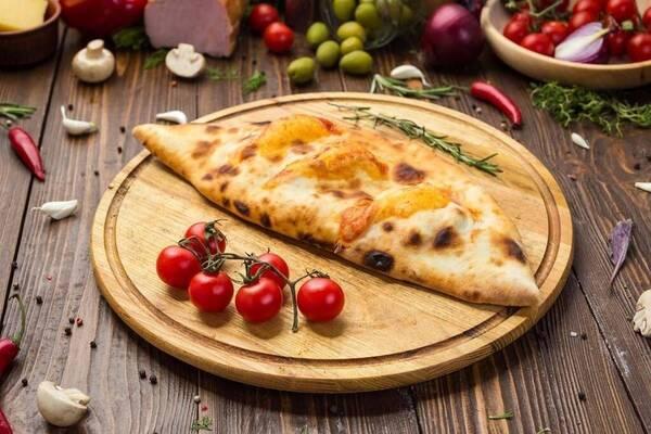Кальцоне с колбасой и болгарским перцем