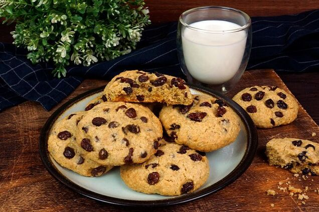 Вівсяне печиво з родзинками і горіхами