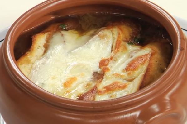 Луковый суп с курицей и гвоздикой