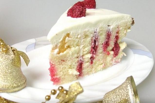 Бісквітний торт з заварним кремом та фруктами