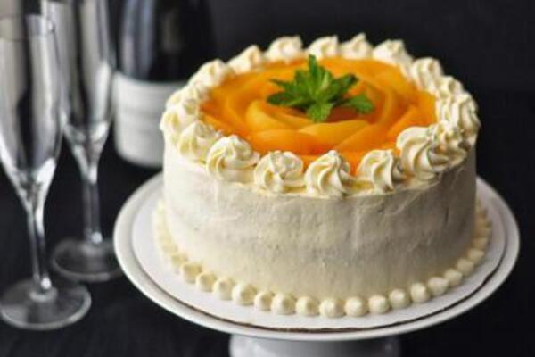 Бисквитный торт с безе и фруктами