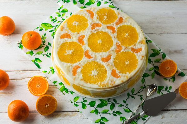 Желейный торт с фруктами и печеньем