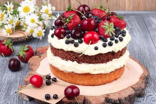 Бисквитный торт с маскарпоне и фруктами