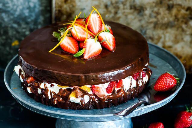 Торт із фруктами та шоколадом