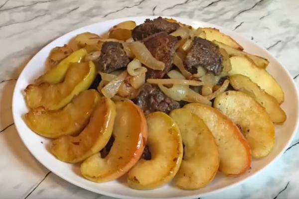 Теплый салат с печенью и яблоками