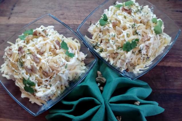 Салат із куркою, ананасами та грибами