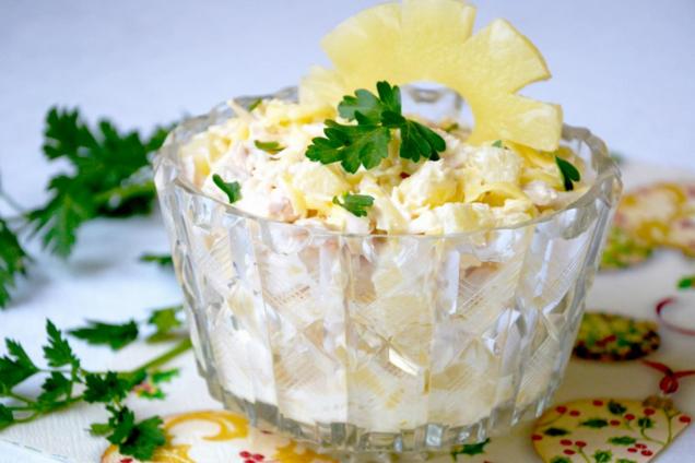Салат з ананасами, куркою і кукурудзою