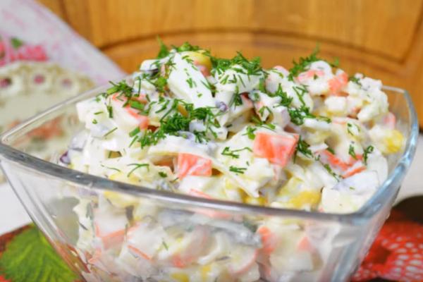 Салат с кислым яблоком и сладким луком