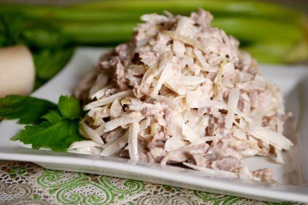 Салат з дайконом і м'ясом